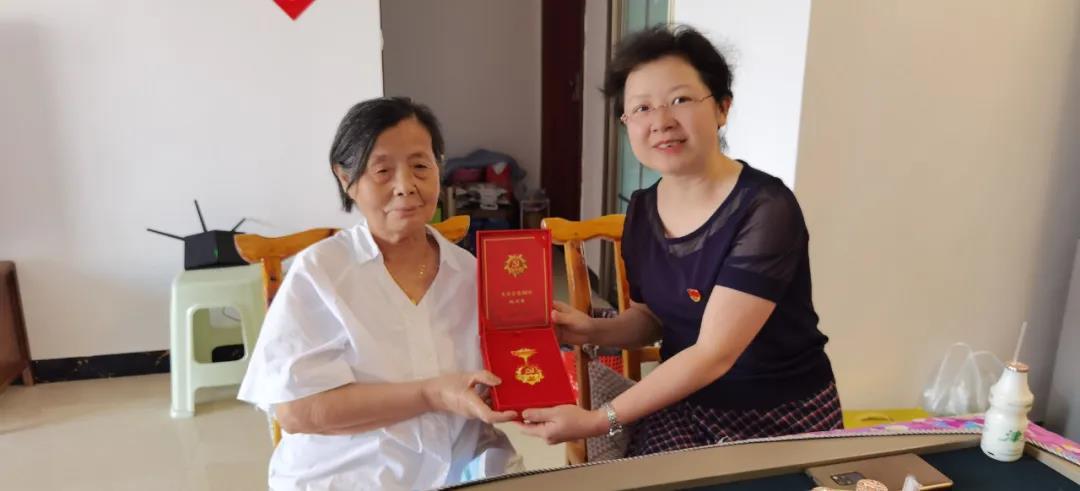 """铜仁市妇联向退休党员送""""光荣在党50年""""纪念章"""
